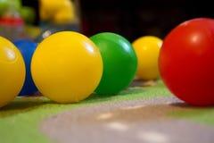 Plan rapproché coloré coloré de boules des boules diag/ Images stock
