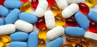 Plan rapproché coloré de pilules image stock