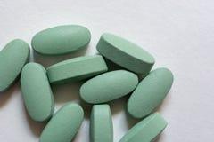 Plan rapproché Comprimés verts ovales sur un fond blanc photo libre de droits