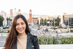Plan rapproché coréen de jeune femme regardant le sourire de l'appareil-photo et l'ha Image stock