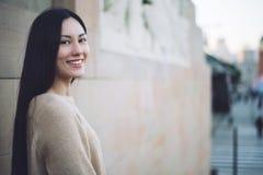 Plan rapproché coréen de jeune femme regardant le sourire de l'appareil-photo et l'ha Images stock
