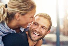 Plan rapproché, couple affectueux Photos libres de droits