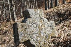 Plan rapproché croisé en pierre chrétien de pierre tombale photo stock