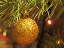 Plan rapproché décoré d'arbre de Noël Boules rouges et d'or et guirlande lumineuse avec des lampes-torches Macro de babioles de n photos stock