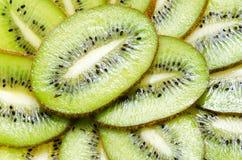 Plan rapproché découpé en tranches de kiwi de fruit tropical sur le fond blanc Image libre de droits