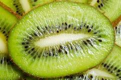 Plan rapproché découpé en tranches de kiwi de fruit tropical sur le fond blanc Images stock