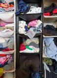 Plan rapproché désordonné malpropre de garde-robe avec les vêtements colorés pour les hommes, wom images libres de droits