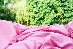 Plan rapproché détaillé de literie rose d'édredon Photos stock