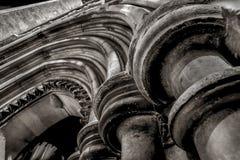 Plan rapproché détaillé de voûte et de colonnes d'entrée d'église image stock