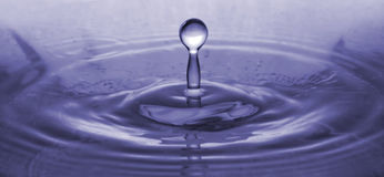 Plan rapproché d'éclaboussure de baisse de l'eau bleue photographie stock libre de droits