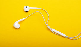 Plan rapproché d'écouteurs sur le fond jaune Photo libre de droits