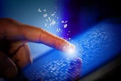 Plan rapproché d'écran émouvant de tablette-PC de doigt Images libres de droits