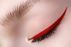 Plan rapproché d'élégance de bel oeil femelle avec le bri de tendance de mode images stock