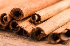 Plan rapproché d'épice de bâtons de cannelle sur le fond en bois Images stock
