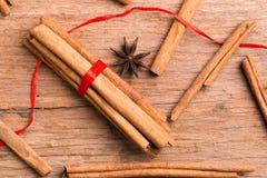 Plan rapproché d'épice de bâtons de cannelle sur le fond en bois Photo libre de droits