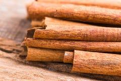 Plan rapproché d'épice de bâtons de cannelle sur le fond en bois Image libre de droits