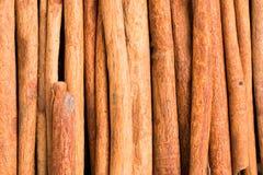 Plan rapproché d'épice de bâtons de cannelle sur le fond en bois Photographie stock