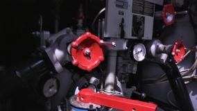 Plan rapproché d'équipement de camion de pompiers scène Le pompier tourne les valves rouges sur le camion de pompiers Concept du  banque de vidéos