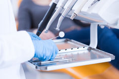 Plan rapproché d'équipement dentaire Images stock