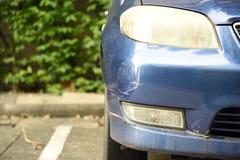 Plan rapproché d'éraflure de voiture de bosselure Voiture écrasée dans l'accident photos stock
