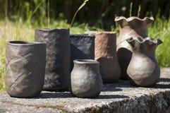 Plan rapproché d'été des vases faits main uniques d'en céramique noir dans différentes formes Photo libre de droits