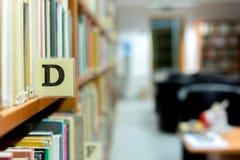 Plan rapproché d'étagère de bibliothèque avec la lettre Image stock