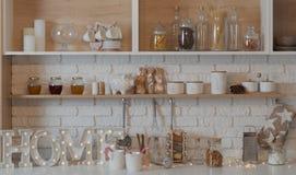 Plan rapproché d'étagère de cuisine images libres de droits