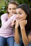 Plan rapproché d'adolescente et de plus jeune soeur photo libre de droits