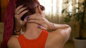 Plan rapproché d'adolescente frottant son épaule et cou comme si souffrant de la tension de muscle ou du malaise spinal de colonn banque de vidéos