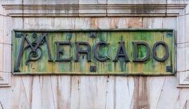 Plan rapproché d'affiche de Mercado de Abastos, dans l'Espagnol photos libres de droits