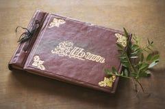 Plan rapproché d'album photos de cuir de vintage Photo libre de droits