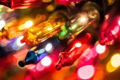 Plan rapproché d'ampoules d'arbre de Noël sur le bokeh coloré Photographie stock