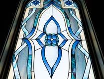 Plan rapproché d'angle faible tiré d'une belle fenêtre décorative à une église image libre de droits