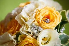 Plan rapproché d'anneaux de mariage Photos stock