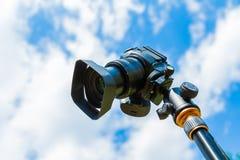Plan rapproché d'appareil photo numérique sur un fond de ciel et de nuages Tir sur l'emplacement et la nature Photographie stock libre de droits