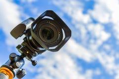 Plan rapproché d'appareil photo numérique sur un fond de ciel et de nuages Tir sur l'emplacement et la nature Images libres de droits