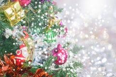 Plan rapproché d'arbre de Noël avec la lumière image stock