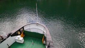 Plan rapproché d'arc de ferry Arrivée de ferry au pilier clips vidéos