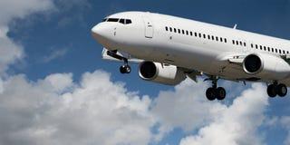 Plan rapproché d'avions en vol avec le cumulus en ciel bleu Austr images libres de droits