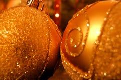 Plan rapproché d'or de billes de Noël photographie stock