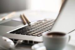Plan rapproché d'espace de travail avec l'ordinateur portable créatif moderne, tasse de café Photos stock