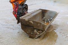 Plan rapproché d'excavatrice et sable humide, pause de travail image libre de droits