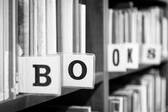 Plan rapproché d'extrémité d'étagère de bibliothèque Images libres de droits