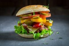 Plan rapproché d'hamburger savoureux avec du boeuf, le fromage et des légumes images libres de droits