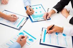 Plan rapproché d'homme d'affaires expliquant un plan financier aux collègues Photo stock