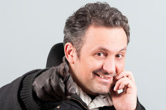 Plan rapproché d'homme bel souriant et parlant au téléphone Images libres de droits