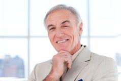 Plan rapproché d'homme d'affaires aîné de sourire de s Images libres de droits