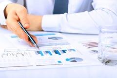 Plan rapproché d'homme d'affaires Analyzing Graphs Photos libres de droits