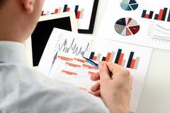 Plan rapproché d'homme d'affaires Analyzing Graphs Photo libre de droits