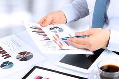 Plan rapproché d'homme d'affaires Analyzing Graphs Image stock